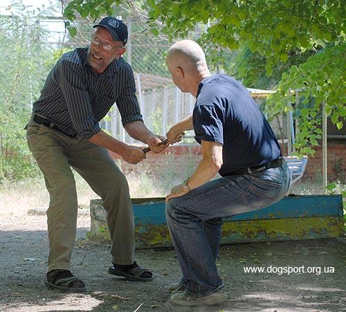 Біргер Ларссон та Ульф Сьорлін наочно показують, як правильно грати з собакою